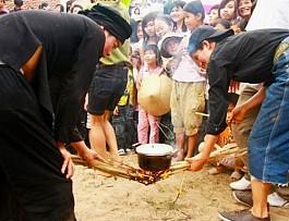 Độc đáo hội thổi cơm thi ở Đồng Vân