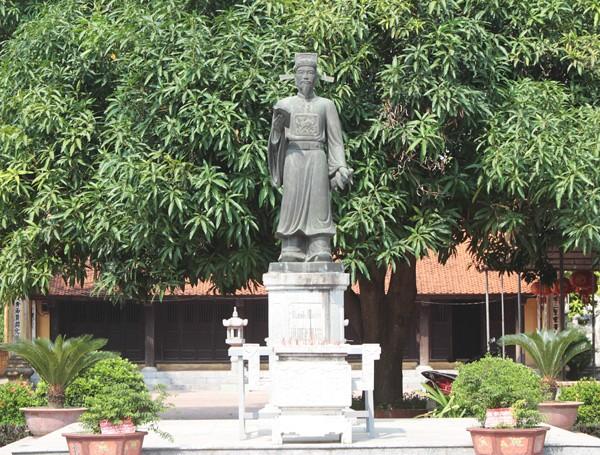 Tượng danh nhân Tô Hiến Thành được đặt giữa khuôn viên Đền